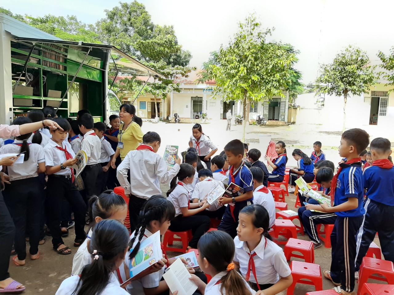 Xe Thư viện lưu động phục vụ sách đọc cho các em học sinh
